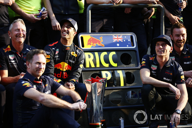 Le vainqueur Daniel Ricciardo, Red Bull Racing fête sa victoire avec son équipe