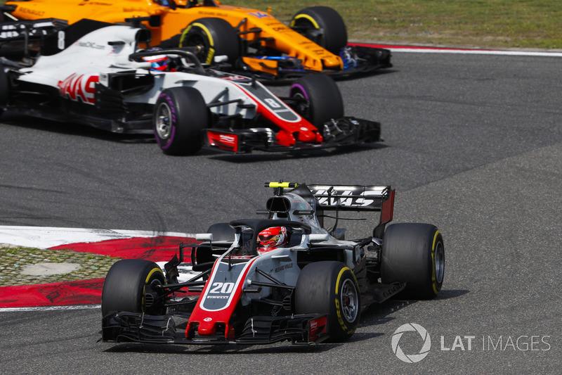 Kevin Magnussen, Haas F1 Team VF-18 Ferrari, devant Romain Grosjean, Haas F1 Team VF-18 Ferrari, et Fernando Alonso, McLaren MCL33 Renault
