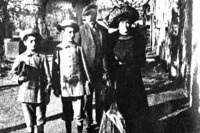 Enzo Ferrari (primero izquierda) con su familia en torno a 1906