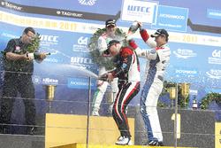 Podio: Ganador de la carrera Rob Huff, All-Inkl Motorsport, Citroën C-Elysée WTCC, Tom Chilton, Sébastien Loeb Racing, Citroën C-Elysée WTCC,