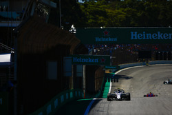 Лэнс Стролл, Williams FW40, и Пьер Гасли, Scuderia Toro Rosso STR12