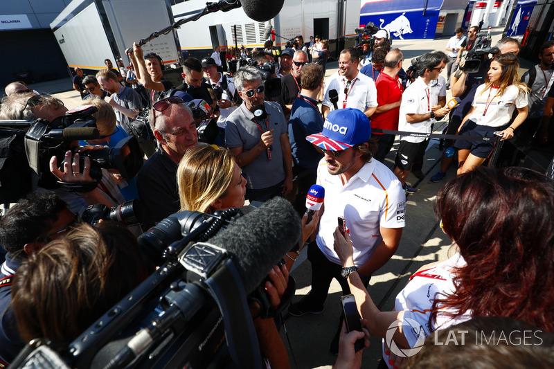Fernando Alonso, McLaren, parla con i media