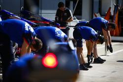 Mecánica de Toro Rosso realiza ejercicios de estiramiento