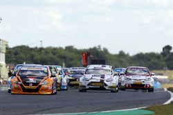 Start action, Gordon Shedden, Halfords Yuasa Racing leads