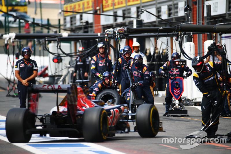 Daniil Kvyat, Scuderia Toro Rosso STR11 pit stop