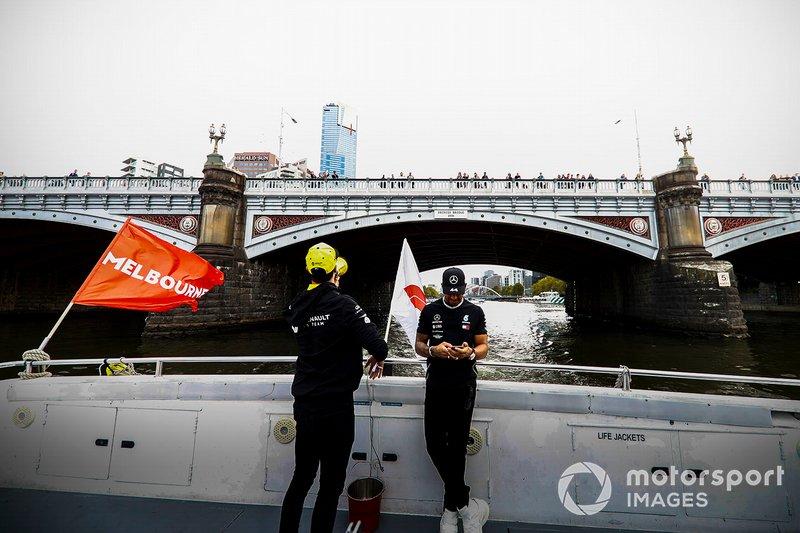 Daniel Ricciardo, Renault y Lewis Hamilton, Mercedes AMG F1 camino al evento de la Federation Square