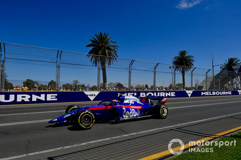 Alexander Albon, Toro Rosso STR14, heads to the pits with his front wing missing