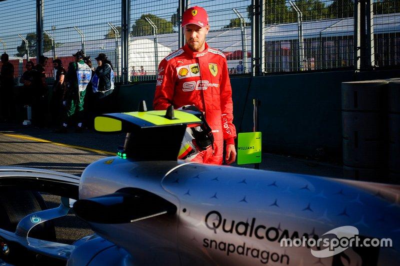 Себастьян Феттель разглядывает Mercedes AMG F1 W10