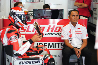 Dimas Ekky, Astra Honda Racing Team dan Anggono Iriawan, Senior Manager Safety Riding & Motor Sport PT Astra Honda Motor
