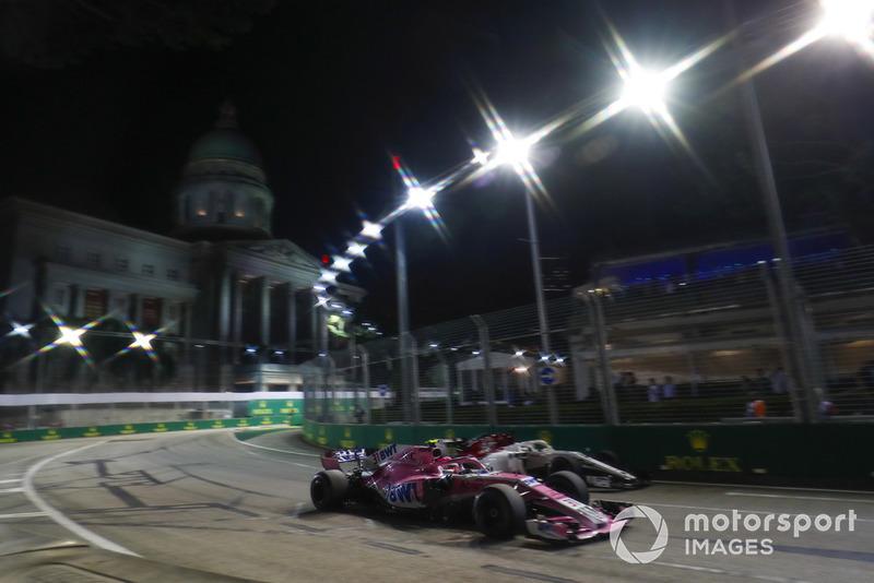 Esteban Ocon, Racing Point Force India VJM11, supera Marcus Ericsson, Sauber C37