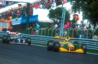 Michael Schumacher, Benetton B193B seguido por Alain Prost, Williams FW15C