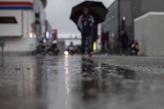 Regen in de paddock