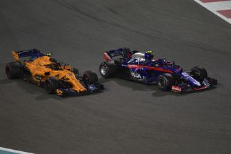 Pierre Gasly, Scuderia Toro Rosso STR13 and Stoffel Vandoorne, McLaren MCL33