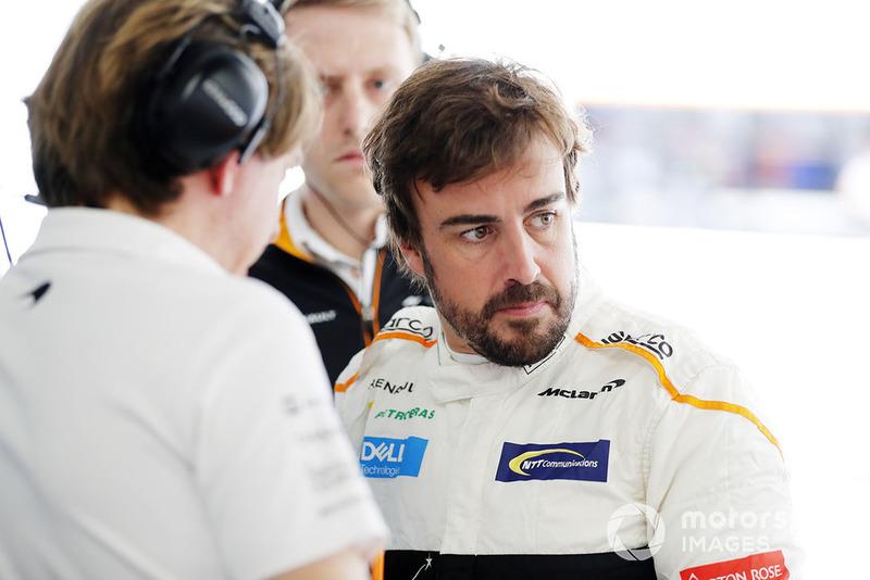 Fernando Alonso, McLaren, en el garaje