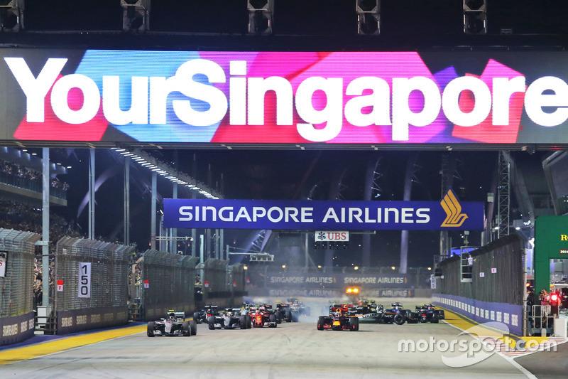 Nico Rosberg, Mercedes AMG F1 W07 Hybrid líder al inicio de la carrera y Nico Hulkenberg, Sahara Force India F1 VJM09 choca y queda fuera