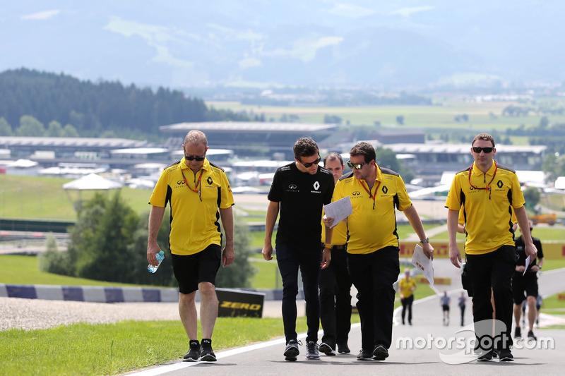 Jolyon Palmer, Renault Sport F1 Team and Julien Simon-Chautemps, Renault Sport F1 Team