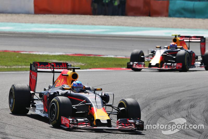 Daniel Ricciardo, Red Bull Racing RB12 precede il compagno di squadra Max Verstappen, Red Bull Racin