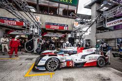 Pitstop en laatste rijderwissel bij de #5 Toyota Racing Toyota TS050 Hybrid: Anthony Davidson, Sébas