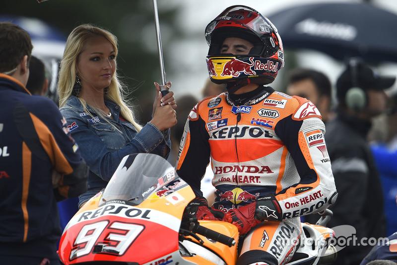 Marc Marquez, Repsol Honda Team, con un'ombrellina