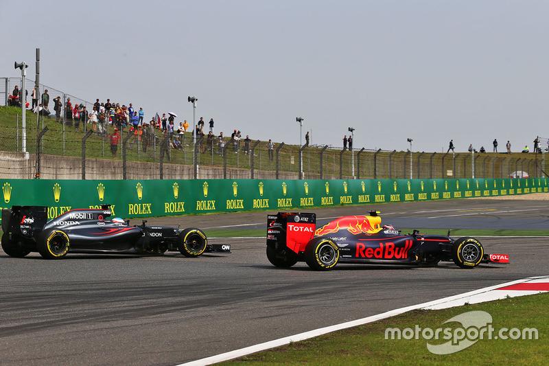 Daniil Kvyat, Red Bull Racing RB12 and Fernando Alonso, McLaren MP4-31 battle for position