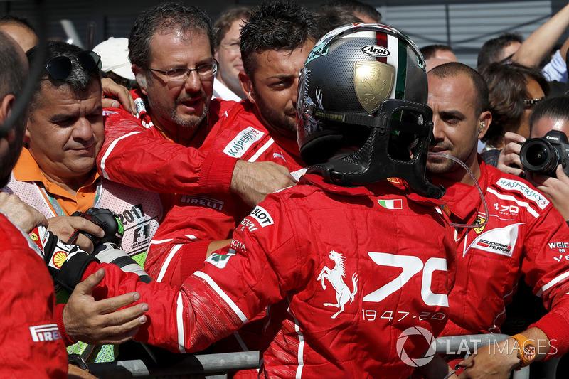 Sebastian Vettel bersama kru Ferrrari di Parc Ferme