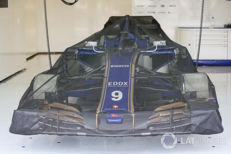 Sauber C36 cubierto en el garaje