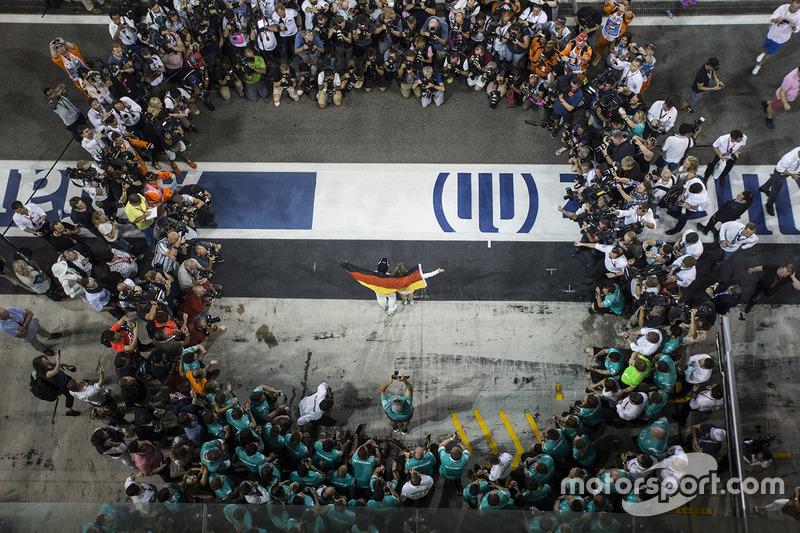 Los campeones de ese año, Rosberg en pilotos y Mercedes en equipos