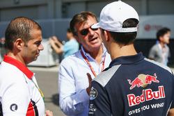 Pierre Gasly, Scuderia Toro Rosso, talks to Carlos Sainz