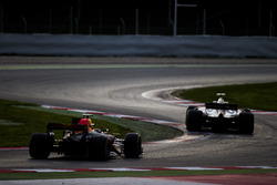 Ромен Грожан, Haas F1 VF-17, и Макс Ферстаппен, Red Bull Racing RB13