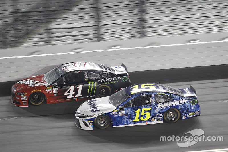 Kurt Busch, Stewart-Haas Racing, Ford; Michael Waltrip, Premium Motorsports, Toyota
