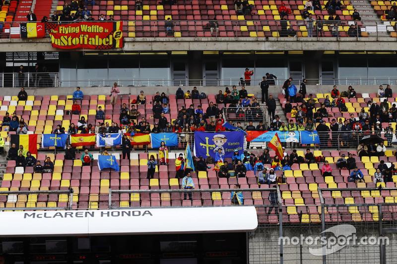 Los fans esperan en la tribuna de la recta de meta en la cancelada FP2