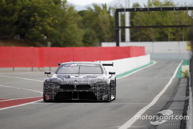 BMW M8 GTE in de pitstraat van Circuit de Barcelona-Catalunya