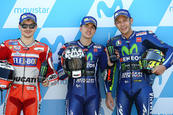 Le poleman Maverick Viñales, Yamaha Factory Racing, le deuxième, Jorge Lorenzo, Ducati Team, le troisième, Valentino Rossi, Yamaha Factory Racing