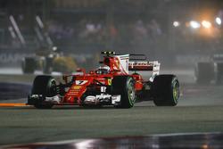 Kimi Raikkonen, Ferrari SF70H, tijdens de formatieronde