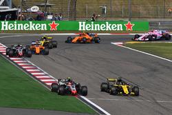 Kevin Magnussen, Haas F1 Team VF-18 y Nico Hulkenberg, Renault Sport F1 Team R.S. 18 batalla