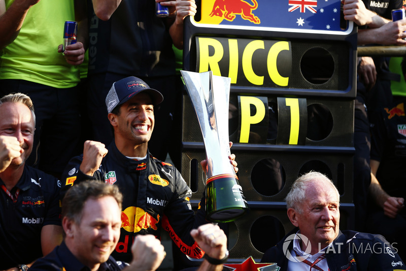 Ganador, Daniel Ricciardo, Red Bull Racing, Jonathan Wheatley, Red Bull Racing, Christian Horner, Red Bull Racing, Helmut Markko, Red Bull Racing, Max Verstappen, Red Bull Racing y Red Bull celebran