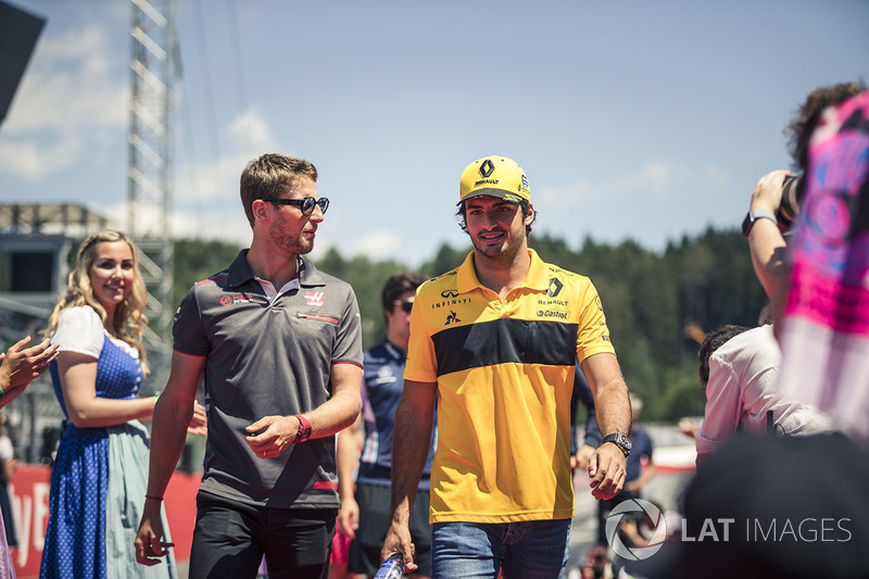 Romain Grosjean, Haas F1 et Carlos Sainz Jr., Renault Sport F1 Team lors de la parade des pilotes