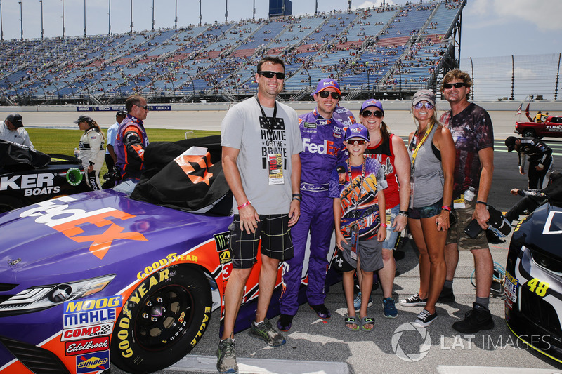 Denny Hamlin, Joe Gibbs Racing, Toyota Camry FedEx Ground con degli ospiti