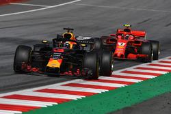 Daniel Ricciardo, Red Bull Racing RB14 precede Kimi Raikkonen, Ferrari SF71H