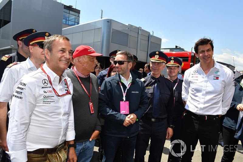 Herbert Kickl, ministro del Interior austriaco con Niki Lauda, Mercedes AMG F1 y Toto Wolff, Mercedes AMG F1