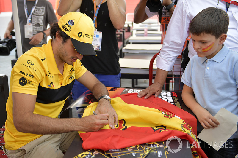 Carlos Sainz Jr., Renault Sport F1 Team at the autograph session
