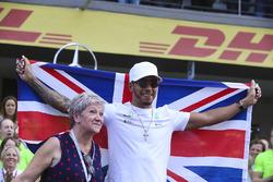 2017 World Champion Lewis Hamilton, Mercedes AMG F1 celebrates with his mother Carmen Lockhart and team