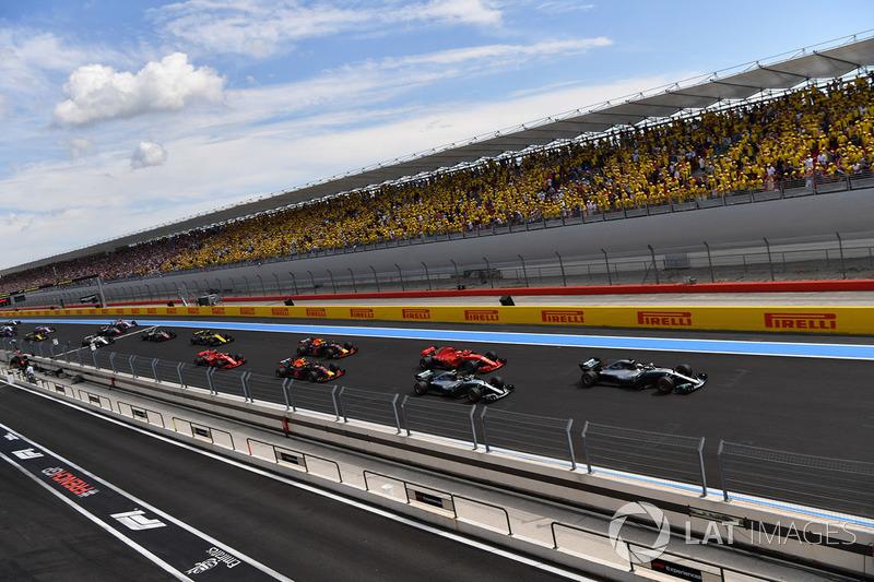 Lewis Hamilton, Mercedes-AMG F1 W09, lidera al inicio de la carrera
