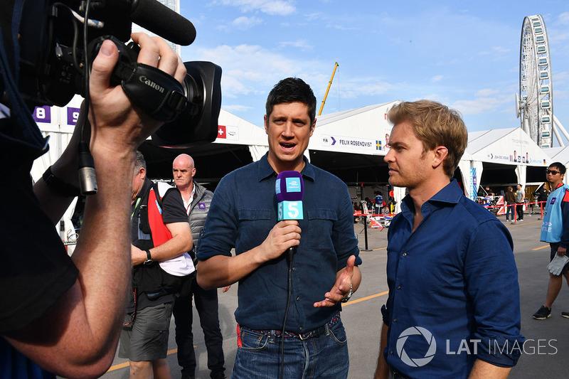 Vernon Kaye, présentateur, et Nico Rosberg dans le paddock