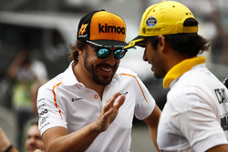 Carlos Sainz Jr., Renault Sport F1 Team, and Fernando Alonso, McLaren