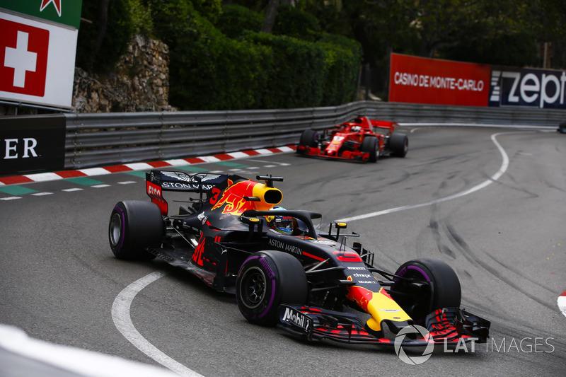 Daniel Ricciardo, Red Bull Racing RB14, precede Sebastian Vettel, Ferrari SF71H