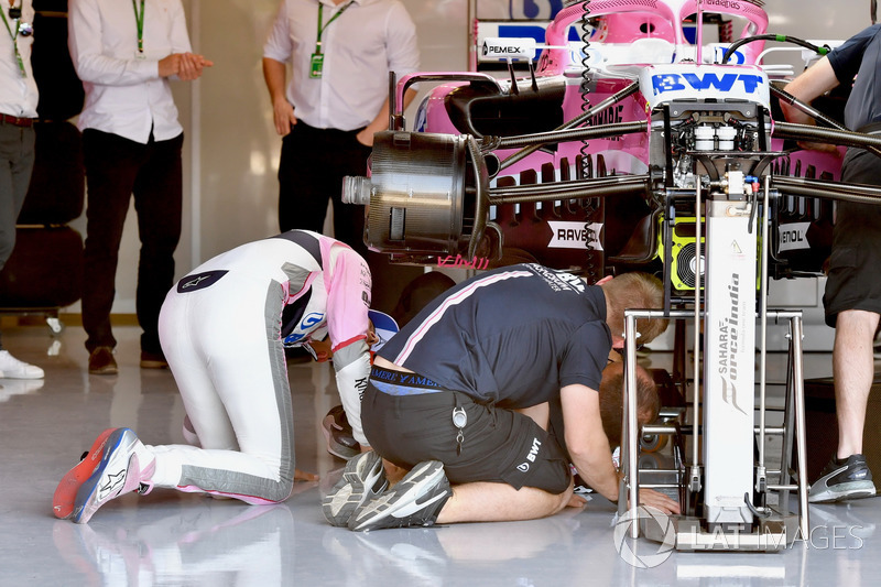 Esteban Ocon, Force India VJM11, guarda sotto la sua monoposto