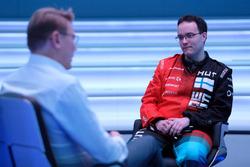 Мика Хаккинен и участник McLaren World's Fastest Gamer