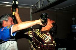 Michael Schumacher, Benetton celebra el título de F1 con su ingeniero Pat Symonds