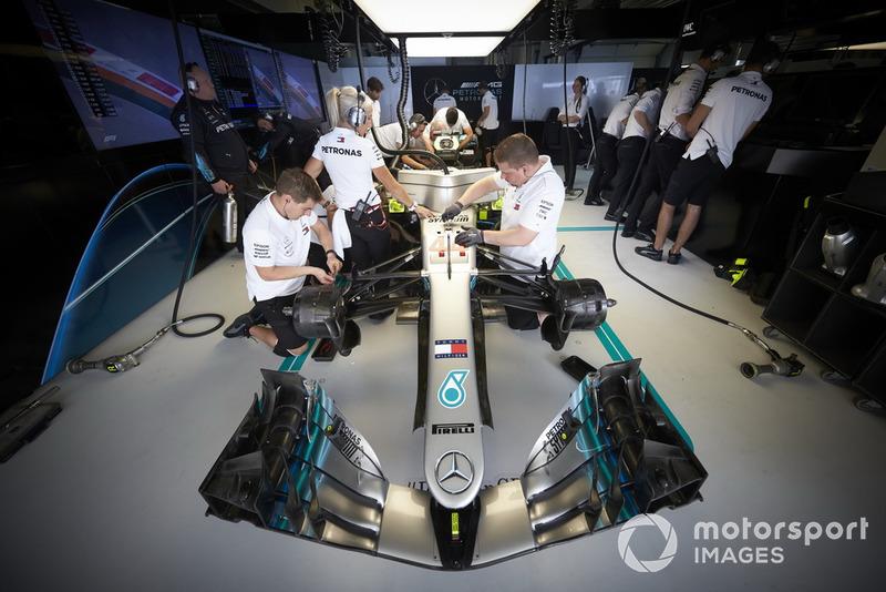 Los ingenieros trabajan en el auto de Lewis Hamilton, Mercedes AMG F1 W09